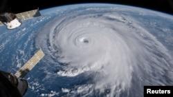 Bão Florence xoáy cuộn giữa Đại Tây Dương và di chuyển theo hướng tây, tây bắc về phía đường bờ biển phía đông của Mỹ, ngày 12 tháng 9, 2018.