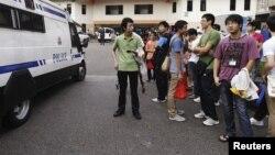 Polisi Singapura mengawasi aksi demontrasi dari dalam sebuah van (foto: dok).