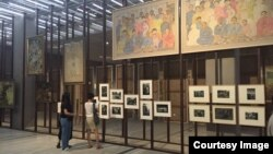 한국 국립현대미술관 서울관에서 열리고 있는 '소란스러운 뜨거운 넘치는'전시회에 12일 방문객들이 작품을 감상하고 있다.