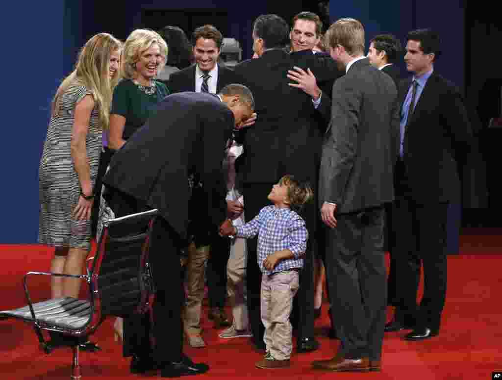 美国总统奥巴马和共和党总统候选人罗姆尼在佛罗里达州参加了最后一场总统辩论和后和家人欢聚。