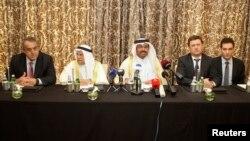 محمدبن صالح الساده وزیر نفت قطر (وسط) در کنار وزیران نفت عربستان سعودی، روسیه، ونزوئلا در دوحه - بمهن ۱۳۹۴