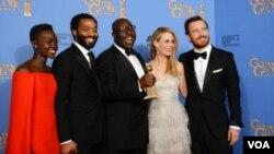 ຈາກຊ້າຍ ຫາຂວາ ດາລາຮູບເງົາ Lupita Nyong'o, Chiwetel Ejiofor, Steve McQueen, Sarah Paulson, and Michael Fassbender