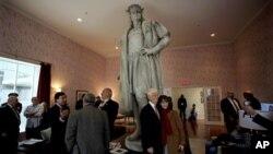 Представители итальянской общины США, официальные представители Италии и Соединенных Штатов празднуют День Колумба. В центре статуя Христофора Колумба. Нью-Йорк (архивное фото)