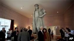 Komunitas Italia-AS berdiri mengelilingi patung Christopher Columbus karya Gaetano Russo tahun 1892, di Columbus Circle, New York, dalam rangka memperingati Hari Columbus (7/10).