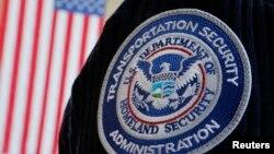 Logo Badan Administrasi Keamanan Transportasi Amerika (TSA) di seragam seorang petugas di bandara Nasional Reagan, Washington DC (Foto: dok). TSA untuk pertama kalinya mengeluarkan pengumuman terkait aktivitas muslim selama bulan Ramadan, untuk menghindari kesalah pahaman di antara para calon penumpang dan petugas bandara.