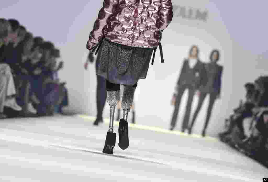 هفته مد در برلین آلمان. این مدل ایتالیایی با پاهای مصنوعی لباس را در رژه این مراسم نمایش میدهد.