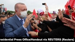 Sazlıdere Köprüsü'nün temel atma töreninden önce halkı selamlayan Cumhurbaşkanı Recep Tayyip Erdoğan