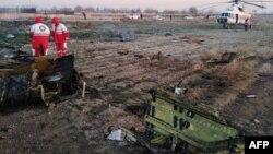 Nhân viên cứu hộ Iran làm việc tại hiện trường sau khi máy bay của hãng Ukraine International Airlines rơi làm thiệt mạng cả 176 người trên khoang gần sân bay Imam Khomeini ở Tehran, Iran, ngày 8 tháng 1, 2020.