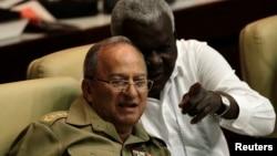 레오폴드 신트라 프리아스(왼쪽) 쿠바 국방장관.
