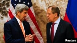 존 케리 미국 국무장관(왼쪽)과 세르게이 라브로프 러시아 외교장관이 지난 5월 오스트리아 빈에서 회담했다. (자료사진)