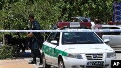 2017年6月7日,伊朗警察在德黑兰外边的已故伊朗革命缔造者阿亚图拉霍梅尼陵墓袭击发生的地方进行巡逻。