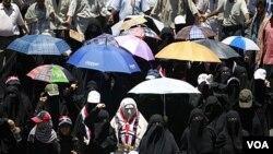 Kaum perempuan Yaman ikut bergabung menuntut mundurnya Presiden Ali Abdullah Saleh di kota Taiz (16/4).