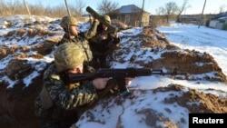 Một quân nhân đứng gác tại một vị trí trong một ngôi làng trong vùng Lulhansk