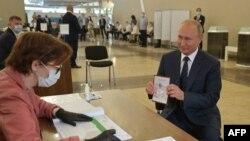 الیکشن کمیشن کے مطابق روس کے 77 فی صد عوام نے صدر پیوتن کو مزید دو مدت کے لیے الیکشن لڑنے کا حق دینے کے لیے آئینی ترمیم کے حق میں ووٹ دیا ہے۔