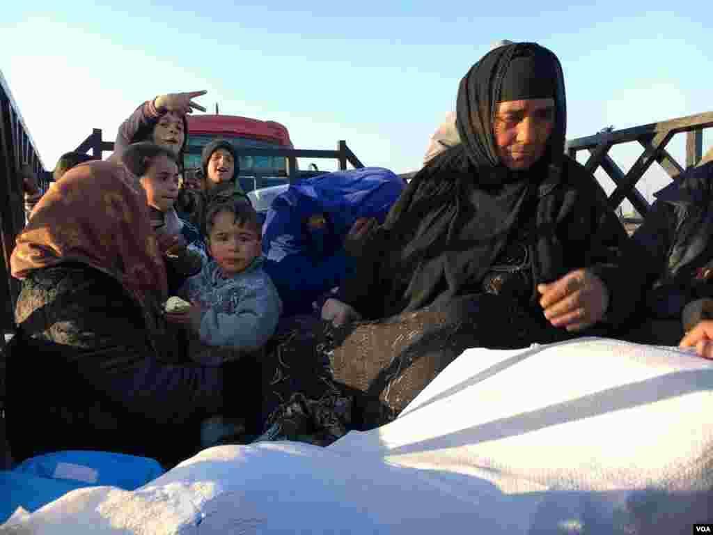 موصل سے بے دخل ہونے والی خواتین اور بچے