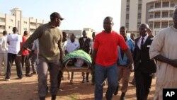 Une victime de la fussillade à l'hôtel Radisson à Bamako, portée sur une civière, Mali, 25 novembre 2015.