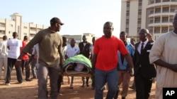 Orang-orang membawa jenazah korban yang tewas akibat serangan baru-baru ini di Hotel Radisson Blu, saat pemakaman di Bamako, Mali, Rabu, 25 November 2015.