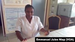 Cordelia Ndasi, point focal du programme Novartis Access à l'hôpital d'Etoug Ebe, à Yaoundé, le 23 octobre 2017. (VOA/Emmanuel Jules Ntap)