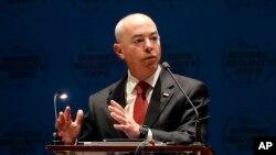 El subsecretario del DHS, Alejandro Mayorkas señaló que se considerarán todos los comentarios del público hasta que las nuevas medidas sean implementadas.
