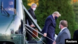 美國總統特朗普從海軍陸戰隊一號直升機下機
