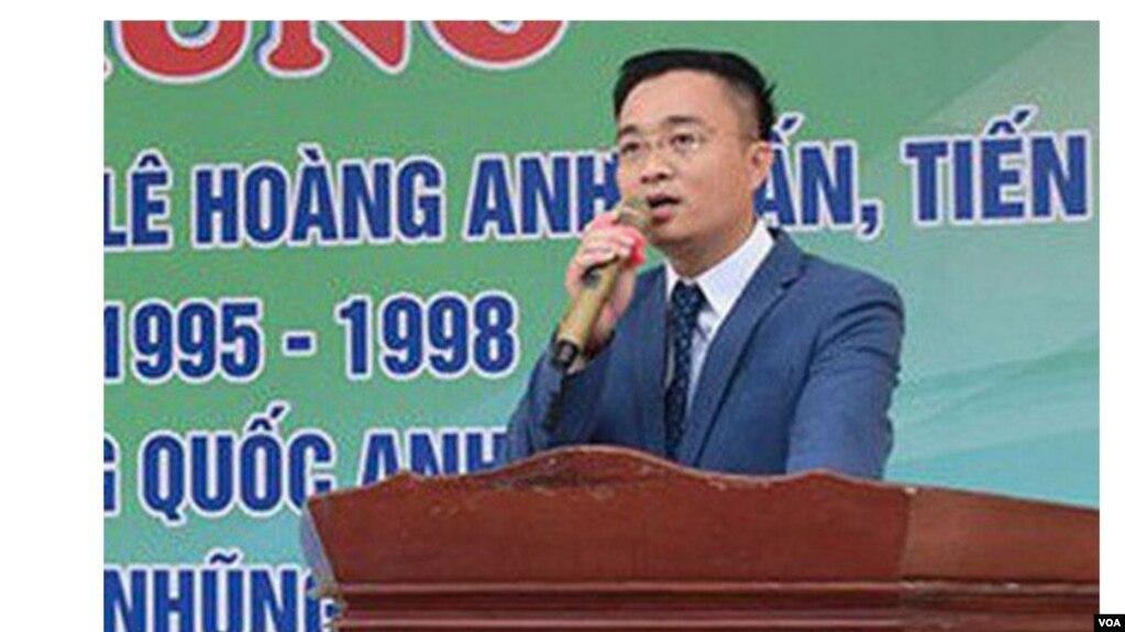 Ông Lê Hoàng Anh Tuấn khi về thăm trường cũ. (Hình: Trích xuất từ Soha.vn)
