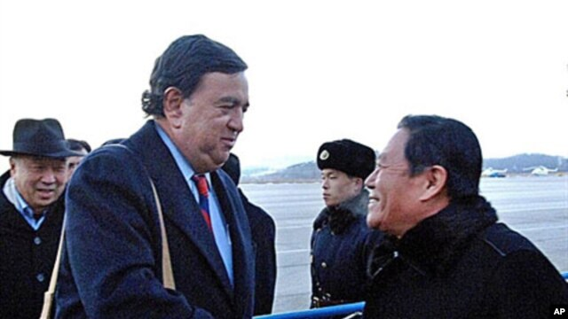 New Mexico State Governor Bill Richardson of the US (left) is welcomed by an unidentified North Korean official upon his arrival at Pyongyang Airport, Dec 16, 2010