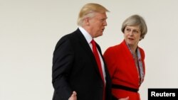 도널드 트럼프 미국 대통령(왼쪽)이 지난해 1월 워싱턴을 방문한 테레사 메이 영국 총리와 대화하고 있다.
