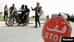 Un policier tunisien passe un point de contrôle à Kairouan, Tunisie, le 18 mai 2013.