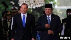 澳大利亞新總理阿博特(左)星期一出訪印度尼西亞與印尼總統蘇西洛舉行會談此同。