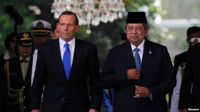FILE - Australian Prime Minister Tony Abbott (L) walks beside Indonesian President Susilo Bambang Yudhoyono at the Presidential Palace in Jakarta, Sept. 30, 2013.