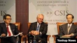 5일 미국 전략국제문제연구소(CSIS)에서 열린 세미나에서 빅터 차 CSIS 한국석좌(왼쪽부터), 크리스토퍼 힐 전 미국 국무부 동아태담당차관보, 한승주 전 외무부 장관이 논의하고 있다.