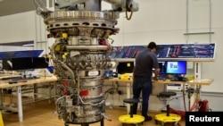 美國通用電氣公司的技術員2017年3月29日在位於印第安納州的工廠組裝航空發動機。