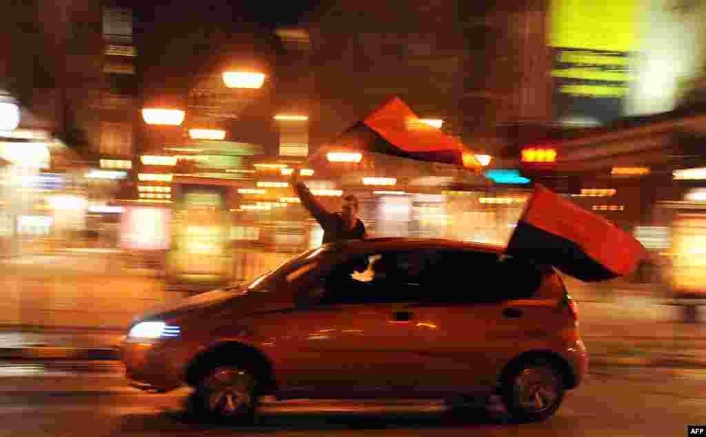 Pristalice vladajuće partije VMRO DPMNE proslavljaju izbornu pobedu u Skoplju.