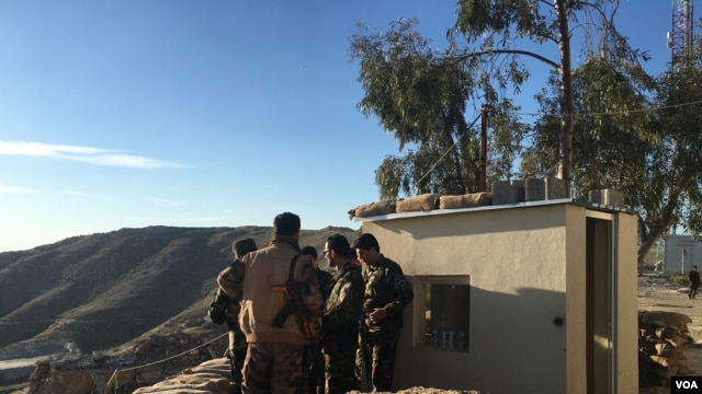 Iraqi Kurdish Peshmerga soldiers huddle around Maj. Gen. Sirwan Barzani in Makhmour, Iraq. Makhmour is expected to serve as a staging point for Iraqi and Peshmerga forces in the advance against IS-controlled Mosul, March 8, 2016. (S. Behn/VOA)