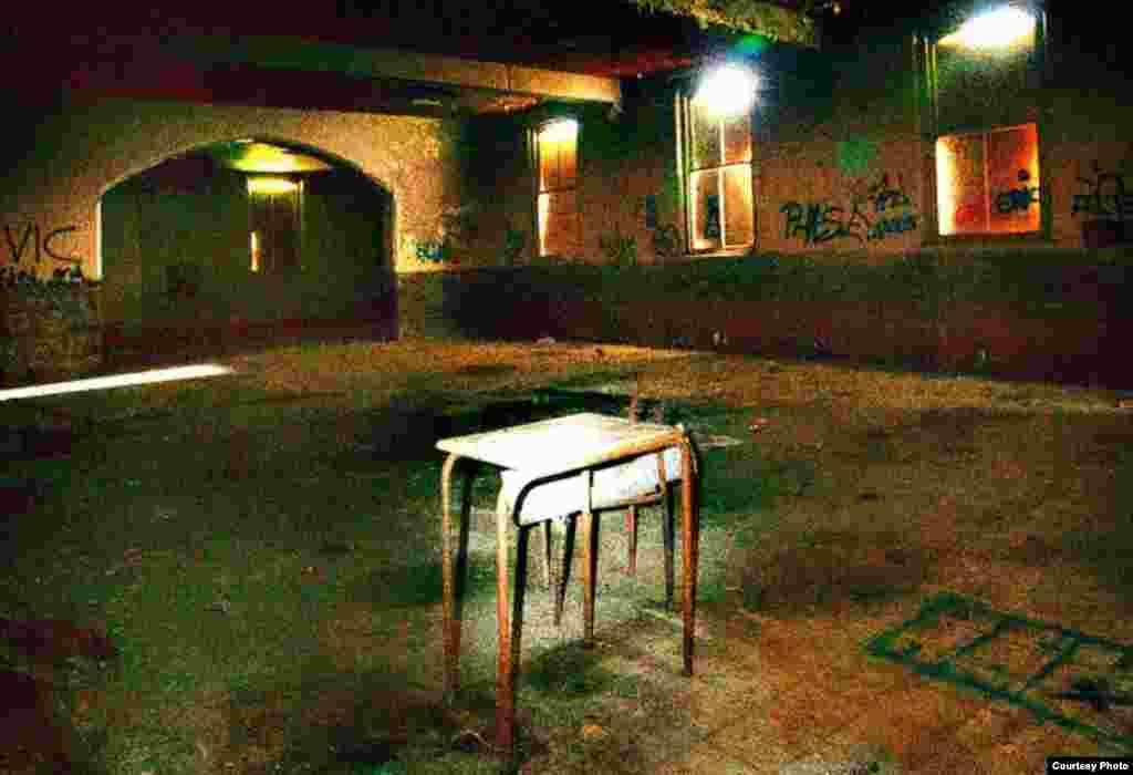 Situasi di dalam Biara Good Shepherd, Cork, Irlandia. Menurut laporan pemerintah, para perempuan tak diinginkan ini dikurung dalam ruangan dan disuruh kerja paksa untuk 'mencuci dosa' tanpa bayaran sesen pun.(Alwyn Jennings/AJ Photography).