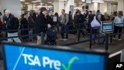 Hành khách xếp hàng đi qua khu vực kiểm tra an ninh tại Sân bay Quốc tế Philadelphia ở Philadelphia, ngày 11 tháng 1, 2019.