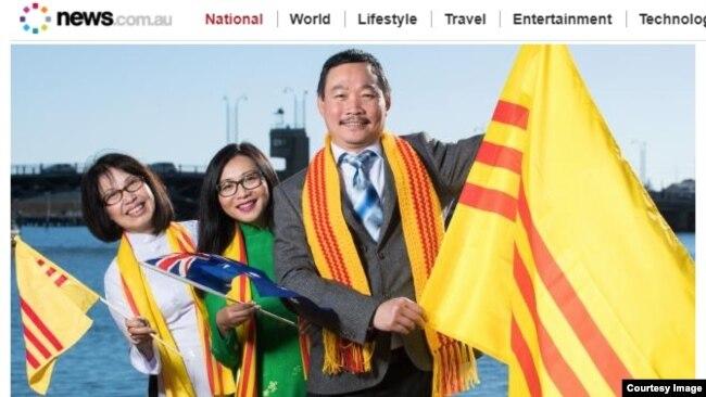 Các thành viên Hội Cờ Tự do và Di sản Việt Nam với lá cờ vàng của chính quyền miền Nam Việt Nam ở Port Adelaide. Bất chấp phản đối của chính phủ Việt Nam, Hội đồng thành phố Port Adelaide vẫn cho phép treo cờ vàng ờ đây. (Ảnh chụp màn hình news.com.au)