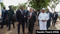 Le secrétaire général de l'ONU, Antonio Guterres, en compagnie du Premier ministre du Mali, Soumeylou Boubèye Maïga (à g.), le 29 mai 2018, à Bamako. (VOA/Kassim Traoré)