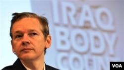 Pendiri situs Wikileaks, Julian Assange memberikan keterangan dalam jumpa pers di London.