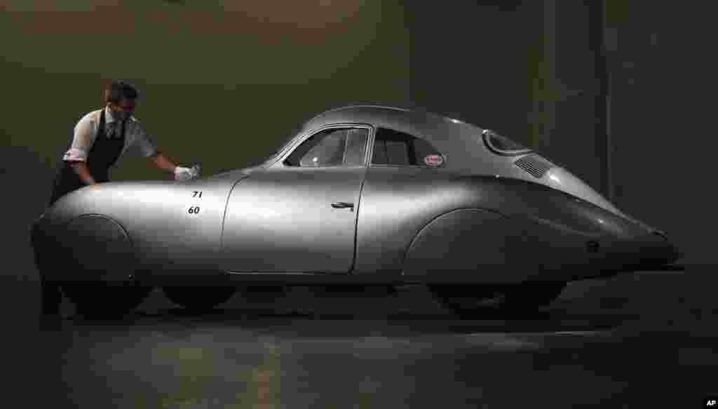 پورشه ۱۹۳۹ مدل ۶۴ ، قدیمی ترین خودرویی که نشان پورشه روی آن خورده است و خودروی شخصی فریدناند پورشه، طراح و خودروساز آلمانی، در یک کنفرانس خبری در حراج ساتبی به نمایش در آمد. این خودرو قرار است بیش از دو ماه دیگر در شهر مونتری کالیفرنیا با قیمت پایه ۲۰ میلیون دلار به حراج گذاشته شود.