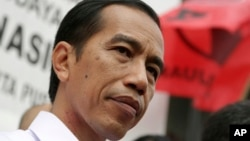 Indonesian presidential candidate Joko Widodo talks with his supporters during a campaign event by the Indonesian Democratic Party of Struggle (PDIP) in Jakarta, Indonesia, March 16, 2014.