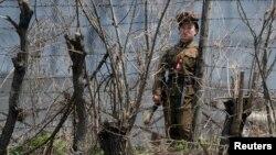 Một nữ cảnh sát đứng gác tại một trại tù gần quận Chongsong, Bắc Triều Tiên. (Ảnh tư liệu)