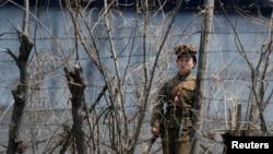 一名女看守在中朝边境附近的一所朝鲜监狱外站岗(资料图)。