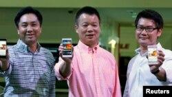Para petinggi Huawei memperlihatkan ponsel android baru Huawei Ascend P6 dalam peluncuran di acara CommunicAsia di Singapura (19/6).