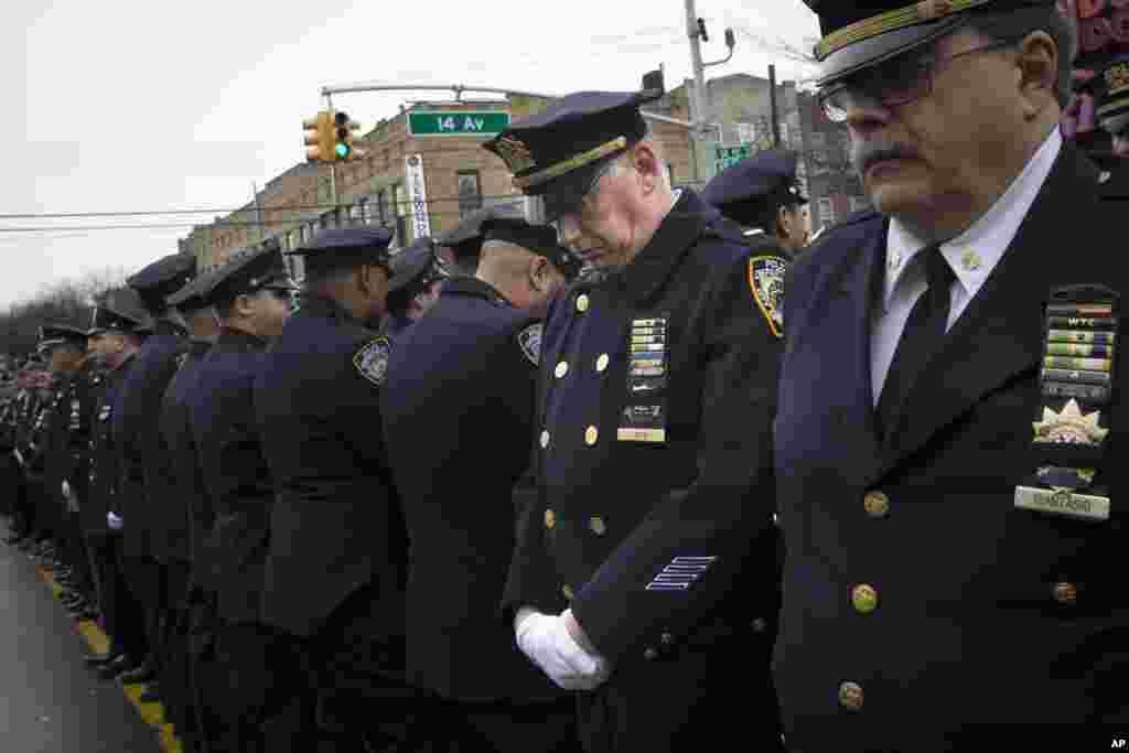 Nyu-York meri Bill De Blasio dəfn mərasimində çıxış edərkən polis işçiləri ona arxa çevirib - Nyu-York, 4 yanvar, 2015