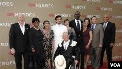 Robin Lim (ketiga dari kiri) bersama para penerima nominasi CNN Heroes 2011 lainnya. Robin Lim akhirnya meraih penghargaan pertama CNN Hero 2011 (foto: dok).