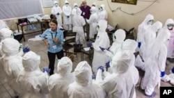 世衛工作人員訓練塞拉利昂醫護人員如何應對伊波拉