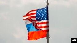 Bendera nasional AS dan Rusia dikibarkan di atas angin di bandara Vnukovo Moskow, Rusia. Rusia pada hari Jumat, 1 September 2017. (Foto: AP)