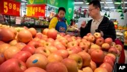 بیجنگ کی ایک سپر مارکیٹ کا منظر (فائل فوٹو)