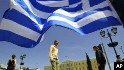 그리스 국기가 날리는 수도 아테네.